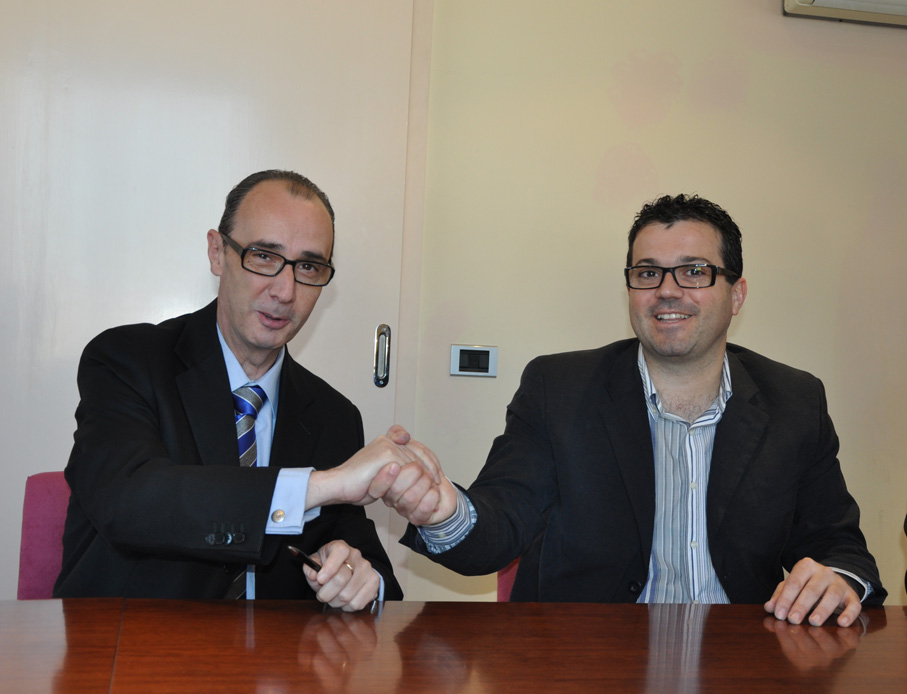 Signatura conveni de neteja a Puigdàlber