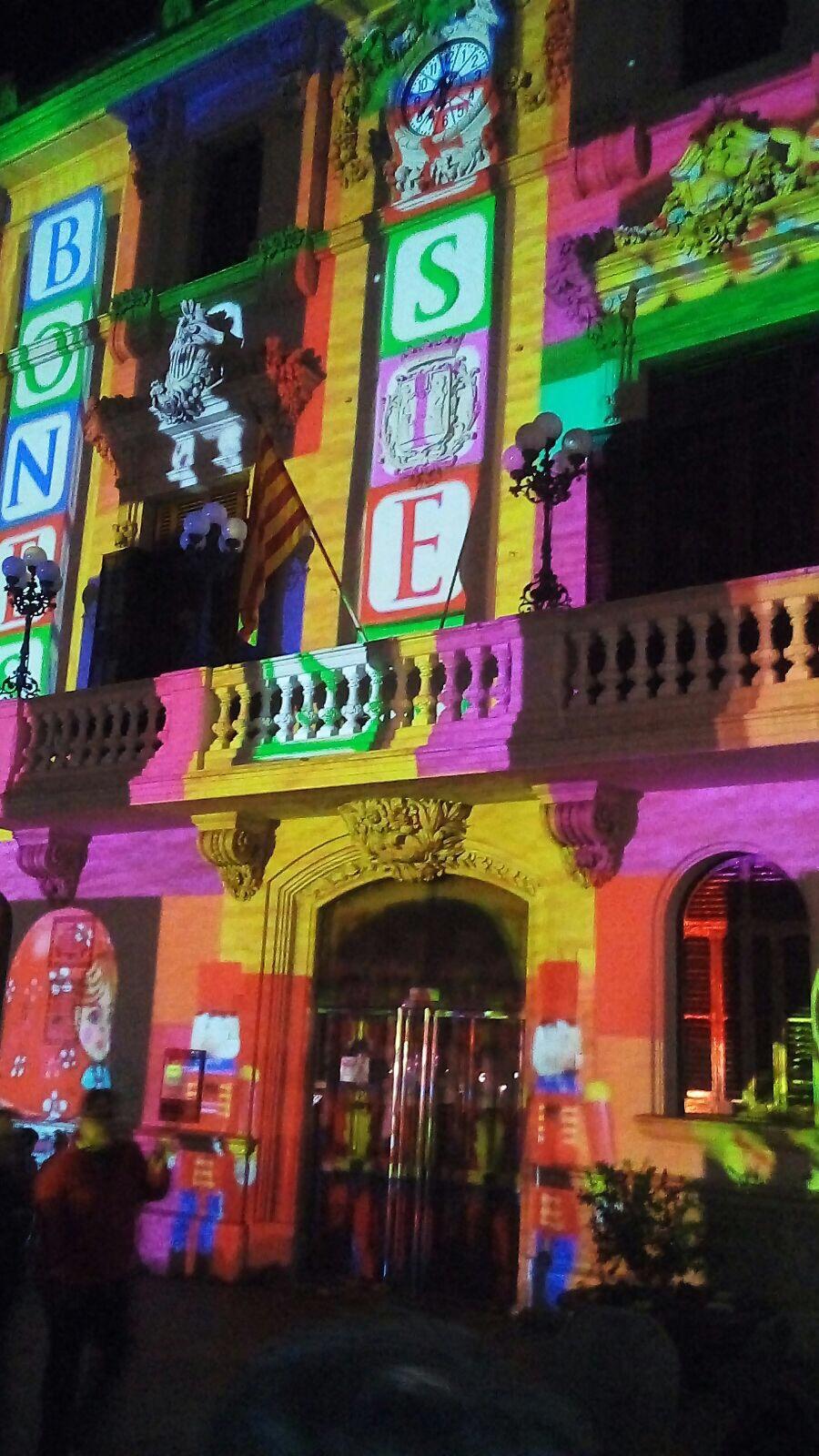 Visitant el mapping digital de l'ajuntament de Vilafranca