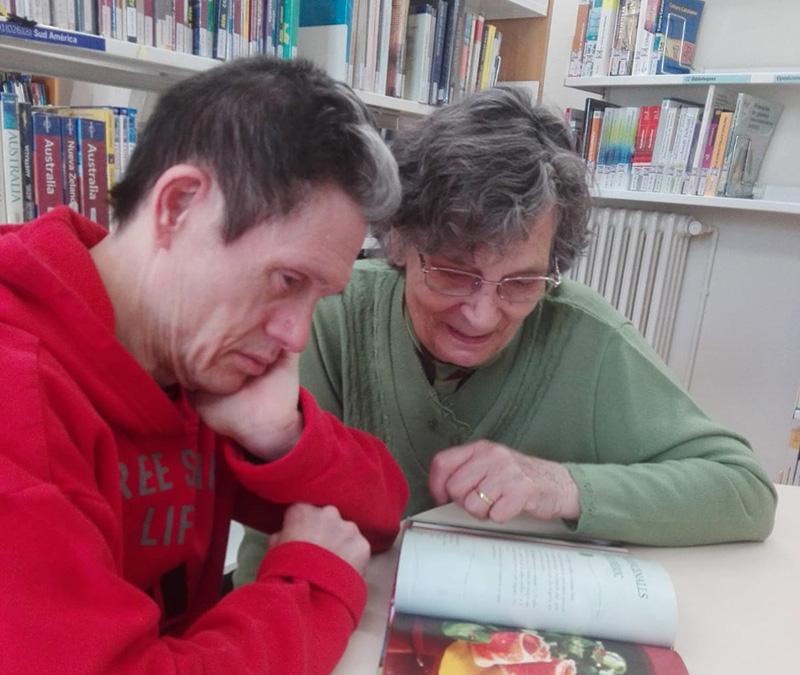 Voluntariat d'acompanyament a la biblioteca