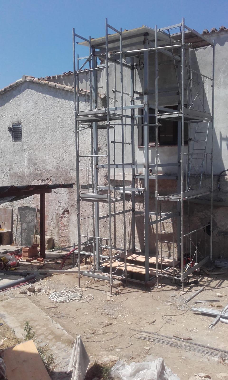 S'instal·la l'estructura de l'ascensor del mas