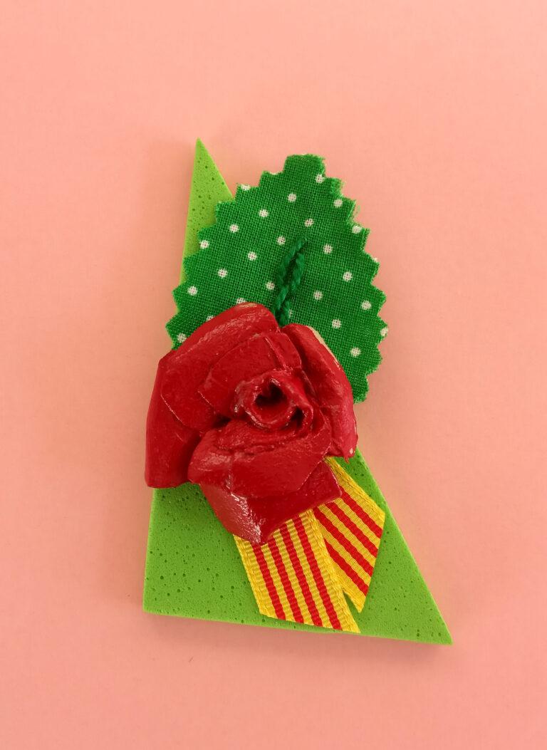 Imant de rosa amb fulles de tela. Una manera diferent de regalar la rosa de Sant Jordi.
