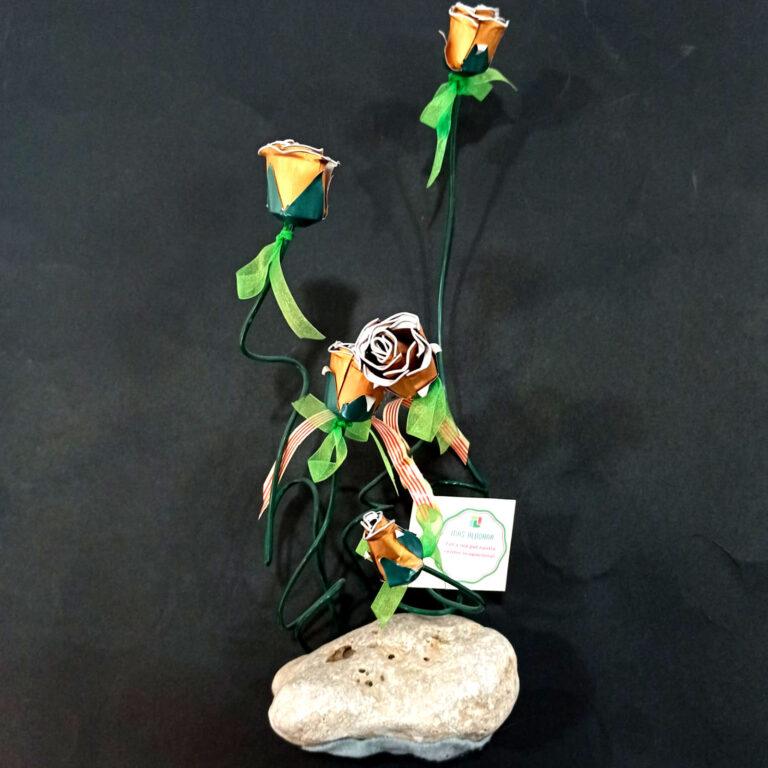 La rosa de Sant Jordi de Mas Albornà ha estat elaborada a mà amb material reciclat i una gran dosi...
